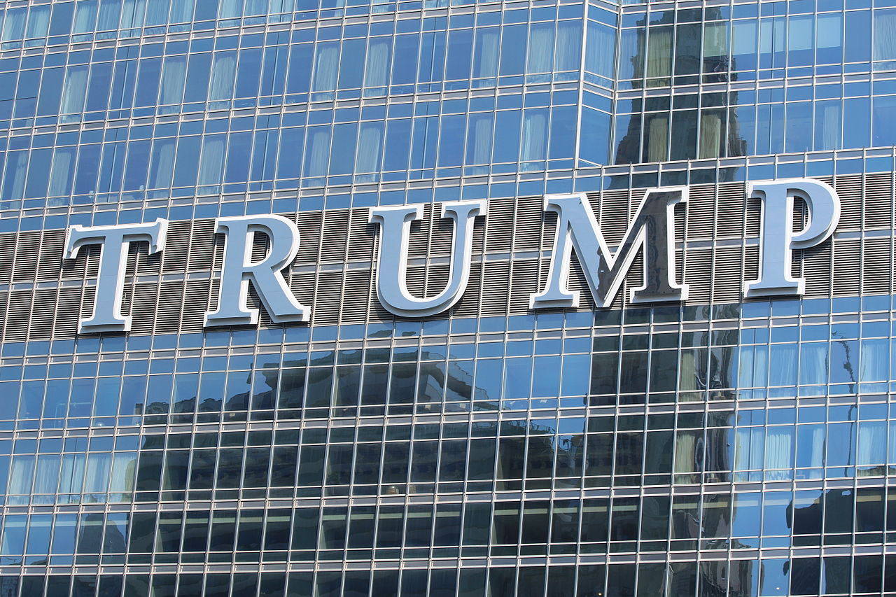 1280px-20140627_Trump_International_Hotel_and_Tower_(Chicago)_sign_2